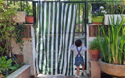 Un niño explora el mundo